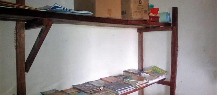 Planken in de voorraadkamer van de school in Heremakono