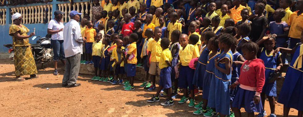 De-kinderen-van-de-school-in-Heremakono-zijn-blij-met-hun-nieuwe-schoenen